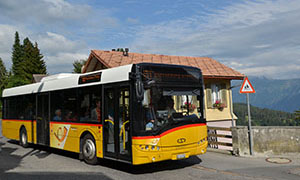 Gelbes Postauto nach Interlaken