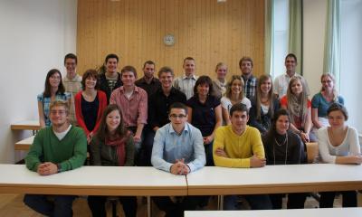 Gruppenfoto junger Erwachsenen im Klassenzimmer